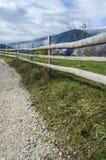 Zaun entlang der Straße Stockfotografie