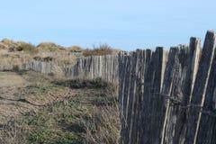 Zaun entlang Mittelmeersanddünen stockfotografie