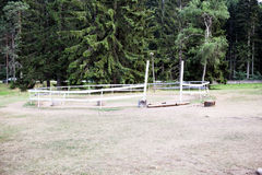Zaun für Pferde in der Natur Stockbilder