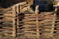 Zaun in Form eines ländlichen Zweigzauns Lizenzfreie Stockfotos