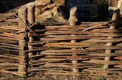 Zaun in Form eines ländlichen Zweigzauns Stockbild