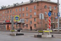 Zaun am Fußgängerübergang Stockbild