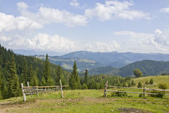 Zaun gegen die Berge Stockfoto
