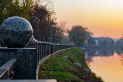 Zaun gegen einen Sonnenuntergang mit leerem Raum stockfoto