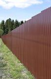 Zaun hergestellt vom braunes Metallberufsbodenbelag Stockfotografie