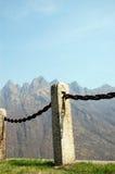 Zaun hergestellt vom Eisen und von den Steinen, vertikal Stockfoto