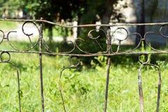 Zaun hergestellt von den rostigen Metallstangen Sehr alt und rostig Das backgrou Stockbilder
