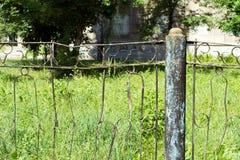 Zaun hergestellt von den rostigen Metallstangen Sehr alt und rostig Das backgrou Stockfotografie