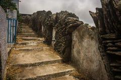 Zaun hergestellt von der Maurerarbeit und von einem Treppenhaus auf der Insel von Andros, G Stockfotos