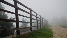Zaun im Nebel Stockfotos