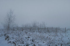 Zaun im nebelhaften Schnee Lizenzfreies Stockfoto