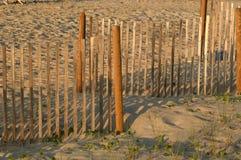 Zaun im Sand lizenzfreie stockfotografie