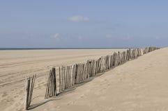 Zaun am leeren Strand Stockfoto
