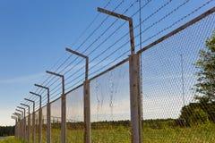 Zaun mit einem Stacheldraht Lizenzfreie Stockfotografie