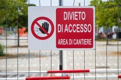 Zaun mit einem Zeichen, das Zugangsbereichsstandort verbietet Lizenzfreies Stockfoto