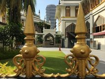Zaun mit goldenen Spitzen Stockbild