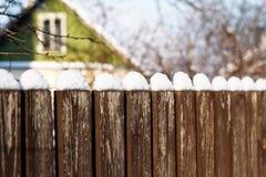 Zaun mit Schnee Stockfotografie