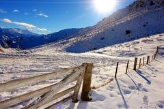 Zaun mit Schnee in den Bergen Lizenzfreie Stockfotos