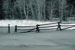 Zaun mit Schnee im Winter Lizenzfreie Stockfotos