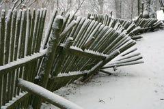 Zaun mit Schnee. Winterhintergrund. Stockfotografie