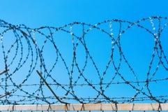 Zaun mit Stacheldraht Stockbilder