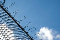 Zaun mit Stacheldraht Stockfotos