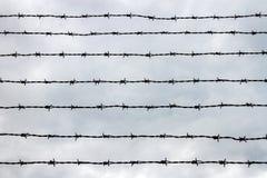 Zaun mit Stacheldraht Lizenzfreie Stockbilder