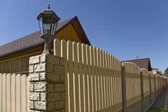 Zaun nahe neuen Häusern. Stockbild