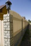 Zaun nahe neuen Häusern. Stockbilder