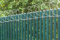 Zaun Poles Razor Wire Lizenzfreies Stockfoto