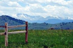 Zaun Post und Mountianside Stockfotos