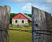 Zaun Posts mit historischem Gebäude an der Alten Welt Wisconsin Stockbild