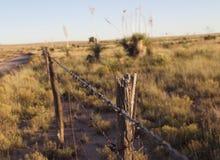 Zaun Running entlang Straßenrand stockbilder
