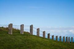Zaun am szenischen Ausblick des Gipfels, Makorori-Landspitze, nahe Ostküste Gisborne, Nordinsel, Neuseeland Stockfotos