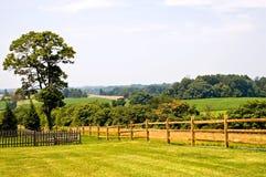 Zaun und Feld im Sommer-Dunst Stockfotografie