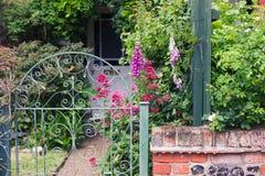 Zaun und Garten mit Blumen Lizenzfreies Stockfoto