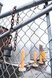 Zaun und hängendes Verschluss-Konzept Stockfotografie