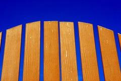 Zaun und klarer Himmel Stockfotografie