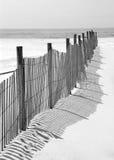 Zaun und Schatten auf Strand Stockfoto