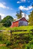 Zaun und Scheune auf einem Bauernhof in ländlichem York County, Pennsylvania Stockfoto