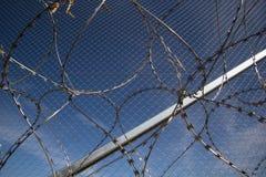 Zaun und Stacheldraht installieren bereites auf den Ungarn - Kroate lizenzfreies stockbild