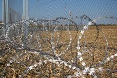 Zaun und Stacheldraht installieren bereites auf den Ungarn - Kroate lizenzfreie stockfotos