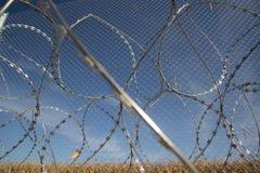 Zaun und Stacheldraht installieren bereites auf den Ungarn - Kroate lizenzfreie stockbilder