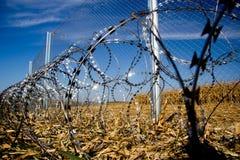 Zaun und Stacheldraht installieren bereites auf den Ungarn - Kroate stockfotos