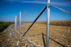 Zaun und Stacheldraht installieren bereites auf den Ungarn - Kroate stockbilder