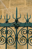 Zaun und Steinwand Stockfotografie