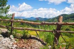 Zaun und Vista von einem Gebirgspfad lizenzfreies stockfoto