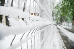 Zaun unter dem Schnee lizenzfreie stockbilder
