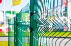 Zaun von grünen Eisenstangen Stockfoto