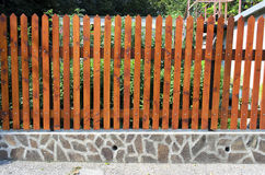 Zaun von hölzernen Latten auf den Steinen Lizenzfreie Stockbilder